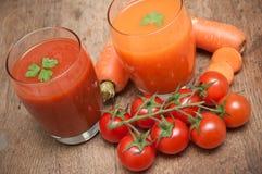Succo fresco della carota e del pomodoro immagine stock