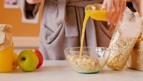 Succo fresco stante a dieta sano di muesli della donna della prima colazione stock footage