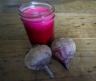 Succo luminoso della bietola rossa in Mason Jar immagine stock