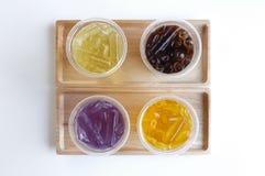 Succo misto dell'erba in vetro sul vassoio di legno fotografie stock