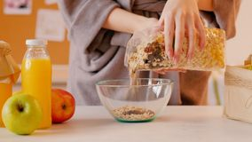 Succo sano di muesli della donna della prima colazione di nutrizione archivi video