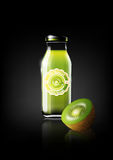 Succo verde del kiwi in una bottiglia di vetro per il logo della pubblicità e dell'annata di progettazione, frutta, trasparente,  Fotografia Stock Libera da Diritti