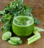 Succo verde fresco da sedano, cetrioli Immagine Stock