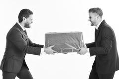Succsses дела 2 бизнесмена с агрессивной коробкой тяги выражения в противоположности Стоковая Фотография