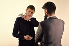 Succsses do negócio Homens de negócios, sócios comerciais que contam o lucro Reunião de homens de negócios respeitáveis, fundo br Fotos de Stock Royalty Free