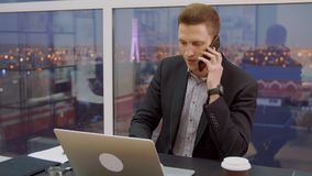 Succssful商人谈论成交由手机在桌上在营业所 股票视频