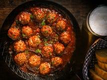 Succulente rundvleesvleesballetjes in een kruidige saus Royalty-vrije Stock Foto's