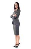 Sucessful Geschäftsfrau, die mit den gefalteten Armen aufwirft Stockbild