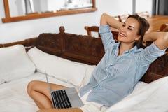 Sucesso, abrandamento Mulher que relaxa após o negócio de negócio bem sucedido imagens de stock