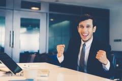 Sucesso asiático dos homens de negócios e conceito de vencimento - equipe feliz com imagem de stock