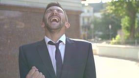 Sucesso comercial - executivo feliz com tablet pc 4K filme