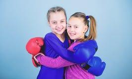 Sucesso do esporte Amizade exerc?cio do pugilista pequeno das meninas no sportswear KO de perfura??o Dieta da aptid?o sa?de da en foto de stock