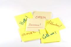 Sucesso e palavras relacionadas escritos à mão no post-it Fotos de Stock Royalty Free