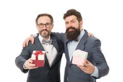 Sucesso e recompensa esthete homens de negócios no terno formal no partido os homens farpados mantêm Valentim atuais S?cios comer foto de stock