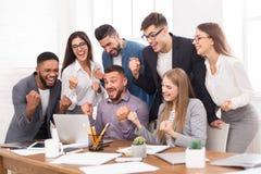 Sucesso e trabalho da equipe Sócios comerciais que comemoram a descoberta imagens de stock royalty free