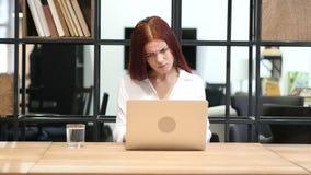 Sucesso, mulher bem sucedida que trabalha no portátil video estoque