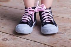 Sucesso parcial - criança com as duas sapatas amarradas fotografia de stock