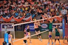 Sucesso que obstrui a bola no chaleng dos jogadores de voleibol Fotografia de Stock Royalty Free