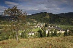 Sucevita-Kloster, das durch hils umgibt Lizenzfreie Stockfotografie