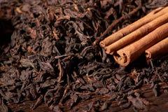 Sucha herbata i kije cynamon na drewnianym stole Selekcyjna ostrość, zamyka up zdjęcia stock