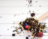 Sucha herbata z jagodami i płatki strzępimy się na stole Obrazy Stock