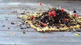 Sucha herbata z jagodami i płatkami na stole Zdjęcie Royalty Free