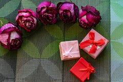 Sucha menchia kwitnie, zaskakuje, r??e, textured t?o, kobiet przyj?cia, i prezenty Herbarium przy pami?ci? zdjęcia royalty free