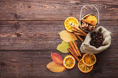 Sucha pomarańcze, cytryna, kawowe fasole w torbie, cynamon i spadać jesień liście, obraz stock