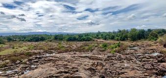 Sucha rzeki i zieleni natura Gra natura zdjęcie stock