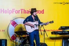 Suchad głos Tajlandia śpiewa z sztuki gitarą Obrazy Royalty Free