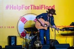 Suchad głos Tajlandia śpiewa z sztuki gitarą Obraz Stock