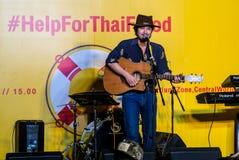 Suchad głos Tajlandia śpiewa z sztuki gitarą Fotografia Royalty Free