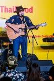 Suchad głos Tajlandia śpiewa z sztuki gitarą Obrazy Stock
