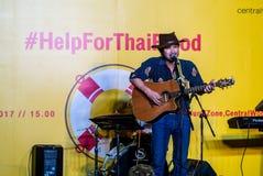 Suchad głos Tajlandia śpiewa z sztuki gitarą Zdjęcie Royalty Free