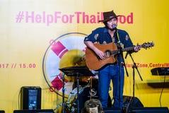 Suchad głos Tajlandia śpiewa z sztuki gitarą Zdjęcie Stock