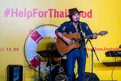 Suchad głos Tajlandia śpiewa z sztuki gitarą Zdjęcia Royalty Free