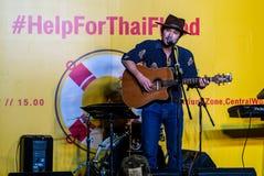 Suchad głos Tajlandia śpiewa z sztuki gitarą Zdjęcia Stock