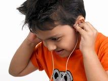 słuchająca dzieciak muzyka Obrazy Royalty Free