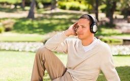 słuchającego mężczyzna muzyczny outside Zdjęcia Royalty Free