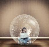Suche des jungen Mädchens eine Lösung Lizenzfreie Stockfotos