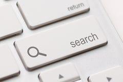 Suche geben Knopfschlüssel ein Stockfotos