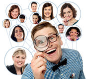 Suche nach Freunden über Sozialem Netz Stockbilder