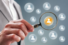 Suche nach Teampersonal oder -kontakten lizenzfreie stockfotos
