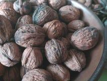 Suche owoc w starych retro garnkach na zielonego stołu tle, dokrętki, hazelnuts, migdały, - artystyczny suchy owocowy pojęcie obraz royalty free