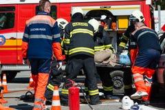 Suche und Rettungseinsatz während des Autounfalls Stockfoto