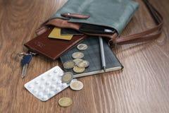 Suche von Tabletten in einer Handtasche lizenzfreie stockfotografie