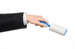 Suchego cleaning i biznesu temat: mężczyzna trzyma błękitnego kleistego muśnięcie odzieżowy i meblarski dla czyścić od pyłu w cza Fotografia Royalty Free