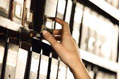 Suchen in den Archiven. lizenzfreie stockbilder