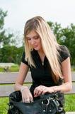 Suchen in der Handtasche der Frau stockfotos