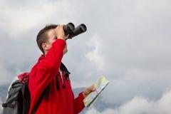 Suchen des Bestimmungsortes beim Wandern über den Wolken stockfoto